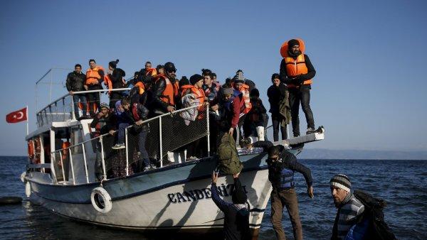 Lo� s uprchl�ky pr�v� dorazila k pob�e�� �eck�ho ostrova Lesbos.