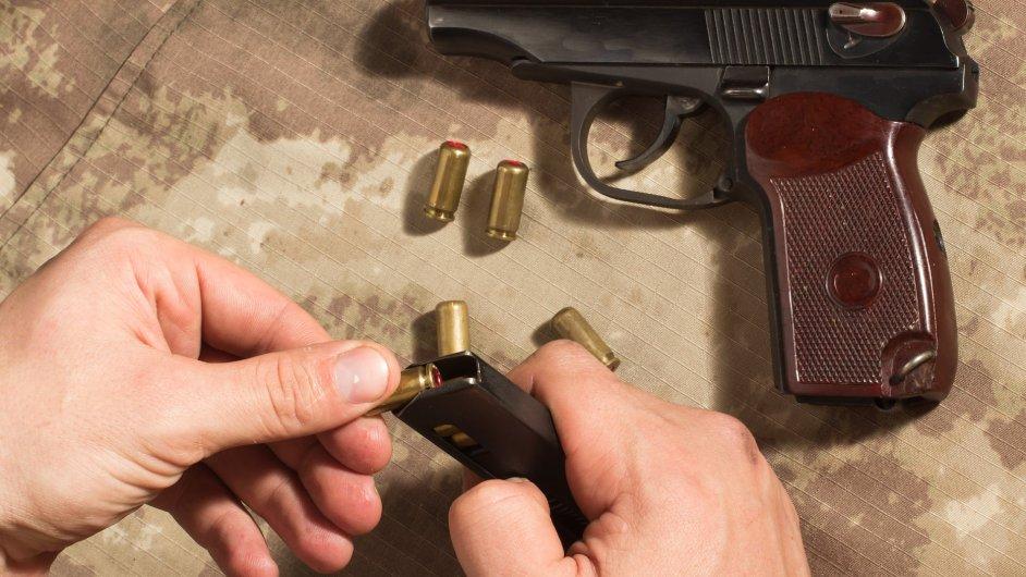 Sovětská pistole Makarov. Zbraň, pistol, agent, náboje - Ilustrační foto