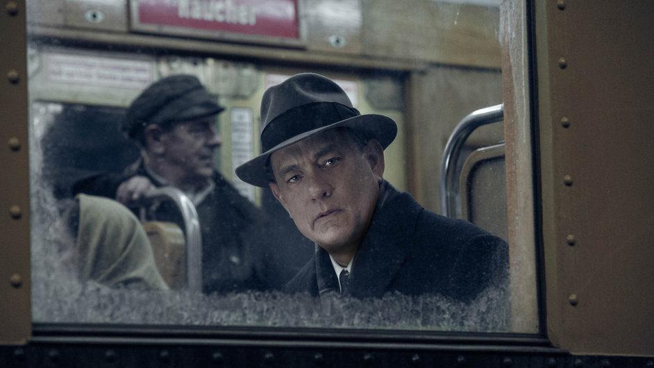 Právník Donovan (Tom Hanks) hledí nahrůzy odehrávající se poblíž Berlínské zdi. Jako vyjednávač hraje mrazivou partii oosud tří jednotlivců advou mocností.