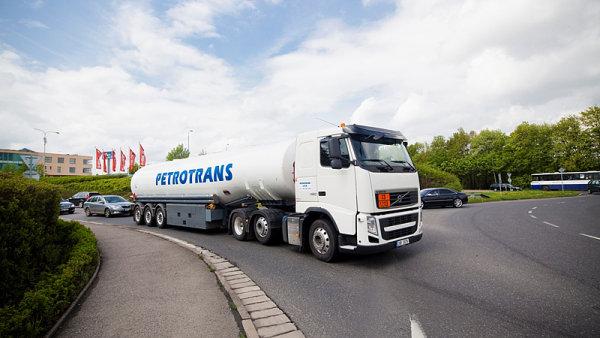 Unipetrol prod� svou firmu Petrotrans, kter� pat�� mezi nejv�t�� tuzemsk� dopravce pohonn�ch hmot.