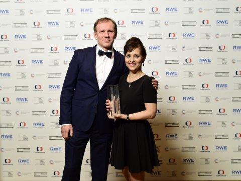 Cenu za nejlepší ženský herecký výkon převzala Alena Mihulová z rukou loňského vítěze mužské kategorie, herce Martina Fingera, za hlavní roli ve filmu Domácí péče.