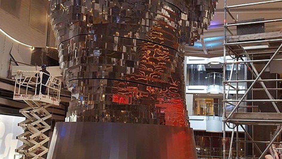 Socha Davida Černého při stavbě parníku v loděnicích STX France v Saint-Nazaire.