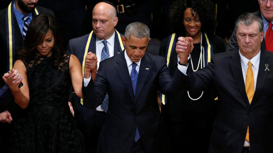 Americký prezident Barack Obama přijel uctít památku policistů zabitých v Dallasu.