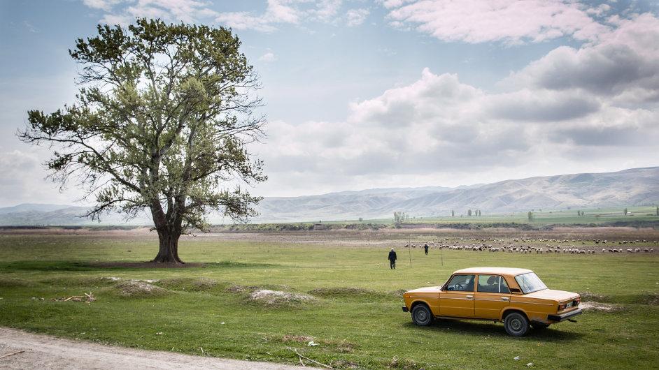 Ázerbájdžánci věnují mnoho času pečování o své vozy, převážně zánovní mercedesy nebo žigulíky.