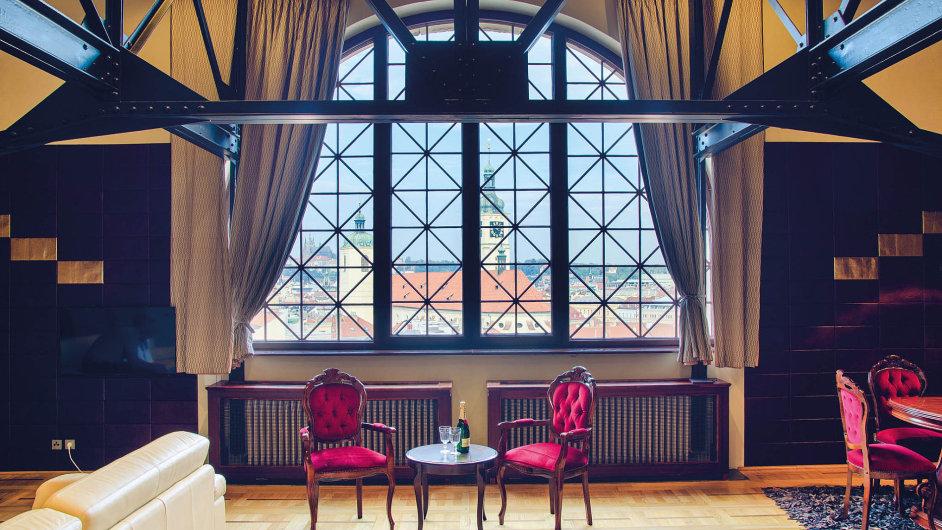 Apartmán vObecním domě (Staré Město, Praha; 4000 korun/noc). Byt ve věži jedné znejznámějších secesních staveb vPraze pronajímá Lucie.