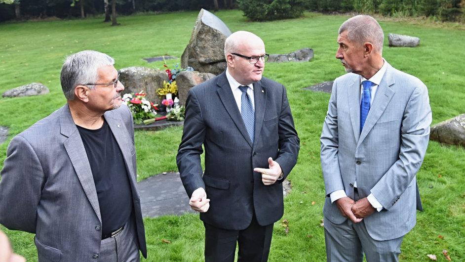 Vicepremiér Andrej Babiš (vpravo) navštívil v úterý bývalý romský koncentrační tábor v Letech na Písecku.