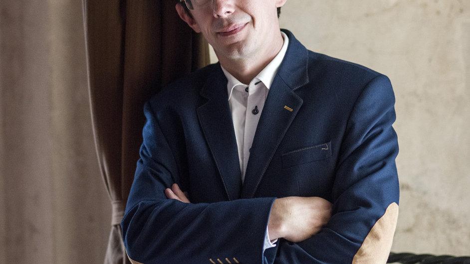 Soubor od jeho založení roku 1991 vede dirigent a hudebník Václav Luks (na snímku).