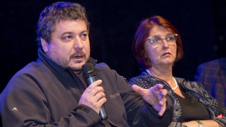 Na snímku jsou autoři seriálu, režisér Robert Sedláček a scenáristka Tereza Brdečková.