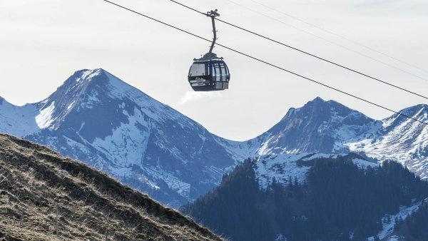 Bez sněhu. Mnohé sjezdovky ve Švýcarsku skončily v prosinci bez sněhu (na snímku lyžařské středisko Charmey 26. prosince 2016).