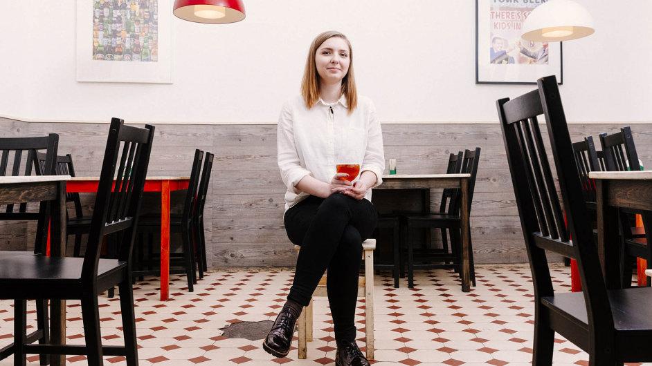 Kristina Sverkunová je majitelkou pražského výčepu apivotéky Illegal Beer ajednou zžen, které se snaží rozrazit pivní svět trochou emancipace.