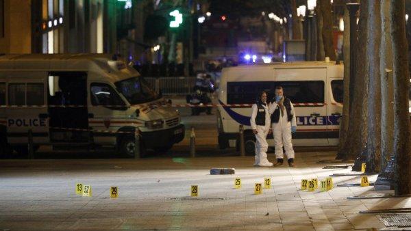 Třída Champs-Élysées, kam se sjelo mnoho policejních aut, byla po celou noc uzavřena.
