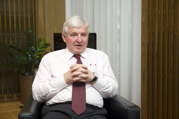 Jiří Rusnok, guvernér jmenovaný prezidentem Zemanem, se stal advokátem slabé koruny