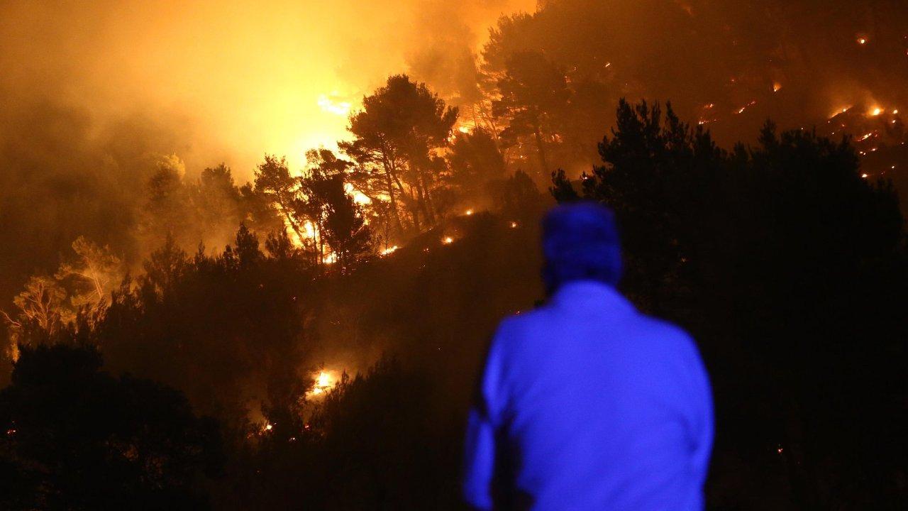 Požár se rozšířil až ke Splitu a ohrožuje obydlí.