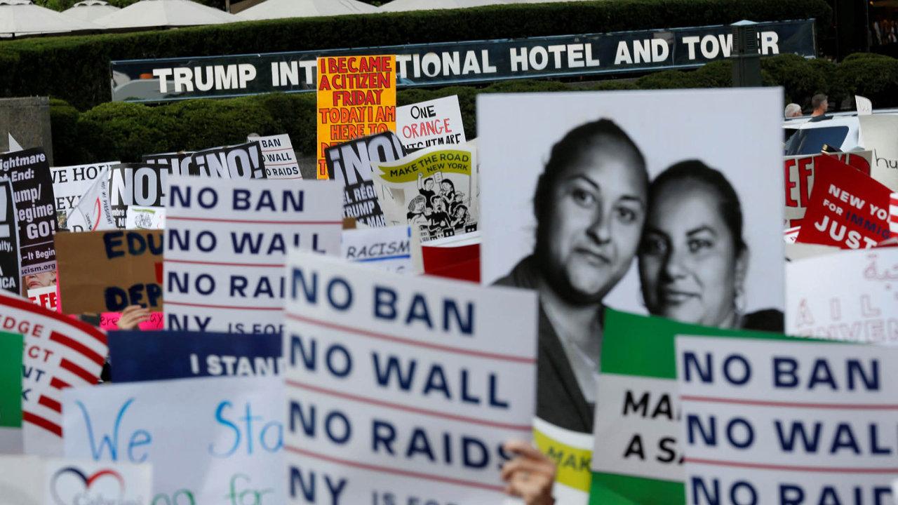 Protesty nejen proti zdi. Lidé vestředu pochodovali před Trumpovým hotelem vNew Yorku avyjadřovali nesouhlas sjeho protiimigrační politikou.
