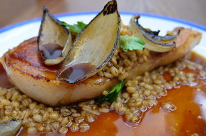 Podívejte se, jak v restauraci V Zahradě připravují kroupy vařené v jablečném cideru s vepřovou kotletou
