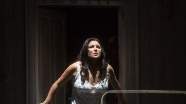 Na snímku z inscenace Čajkovského opery Jolanta v newyorské Met je Anna Netrebková.