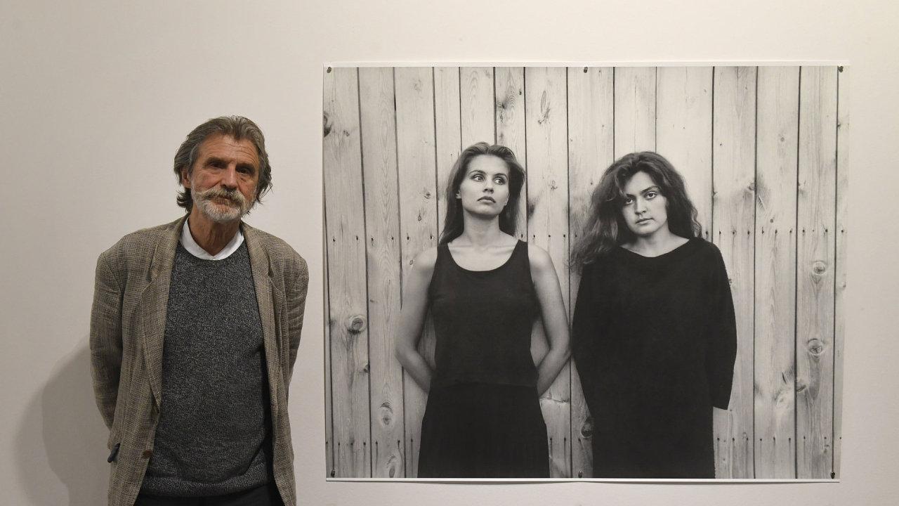 Na snímku ze své výstavy v Domě fotografie je Pavel Baňka.