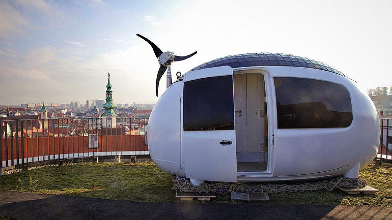 Společnost Ecocapsule představila první mikrodům. Do centra Bratislavy byl přepraven vrtulníkem.