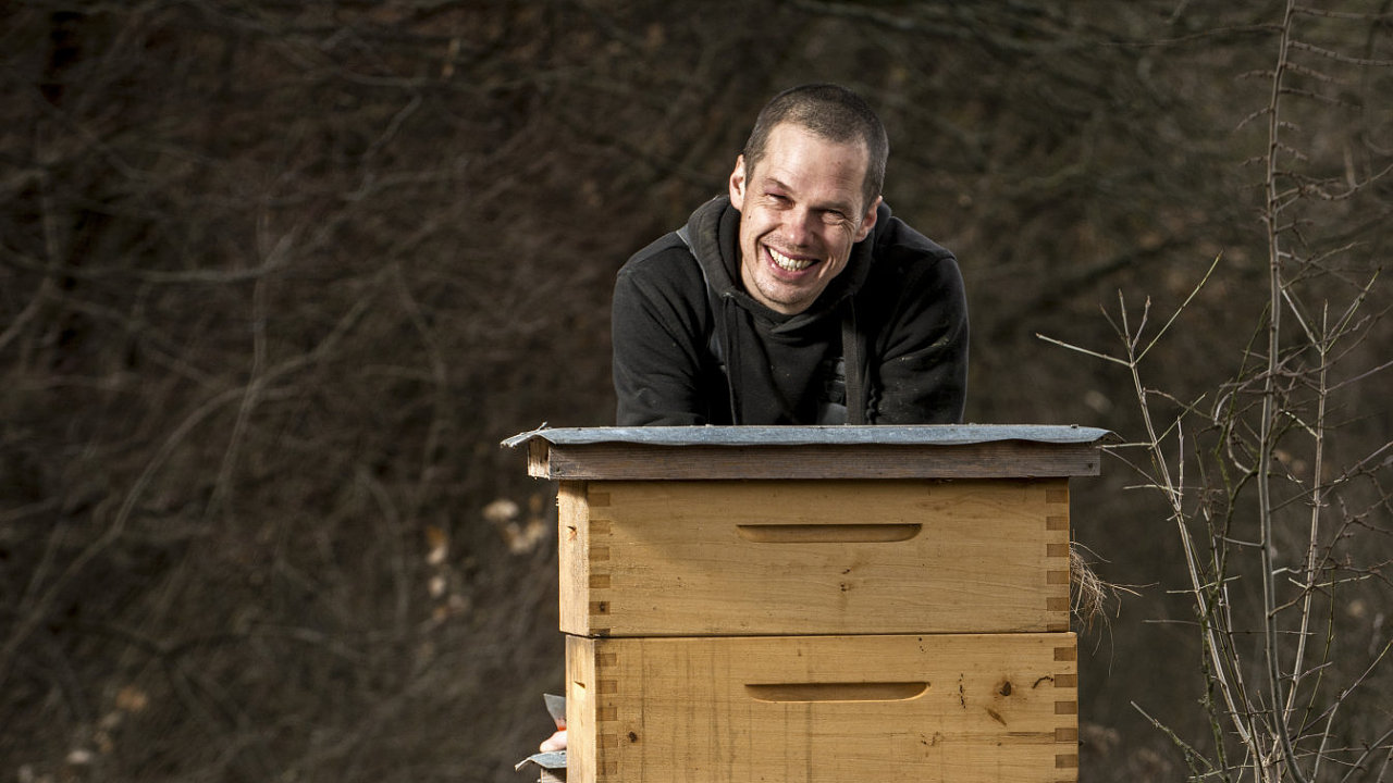 O včely se stará i Ondřej Kopička, hudebník kapely Eggnoise a vinař.
