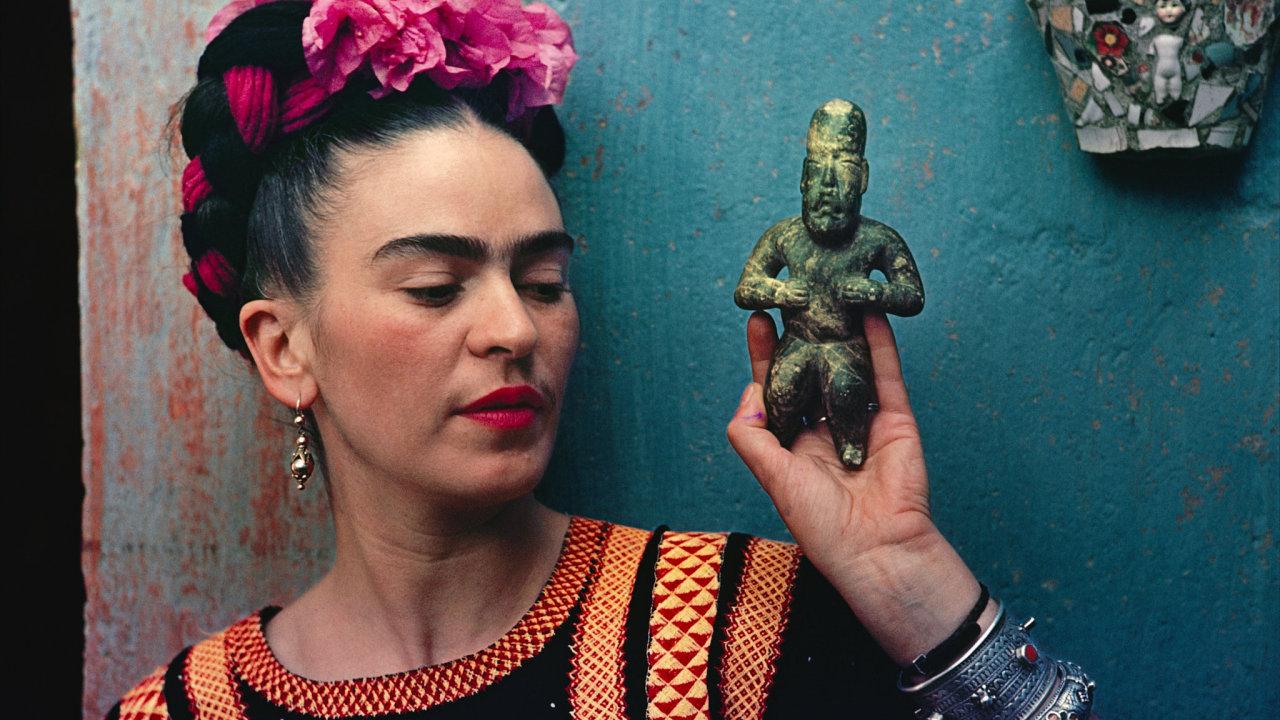 Frida Kahlo s tradiční mexickou figurkou. Fotografoval Nickolas Muray.
