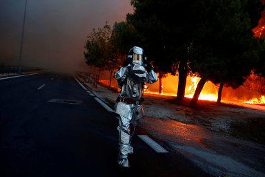 Atény v obklíčení plamenů. Při lesních požárech zahynulo nejméně 70 lidí, 700 jich muselo být evakuováno