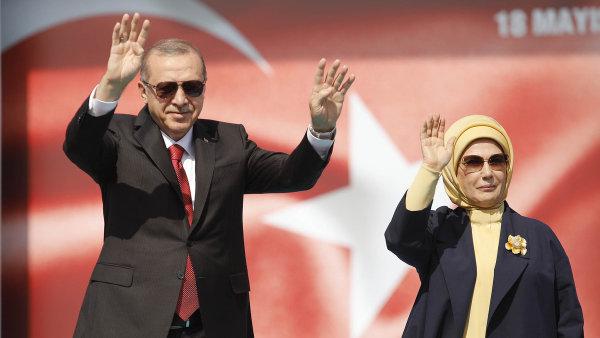 Prezident Erdogan se rád ukazuje na veřejnosti, ta se teď zčásti obrací proti němu.