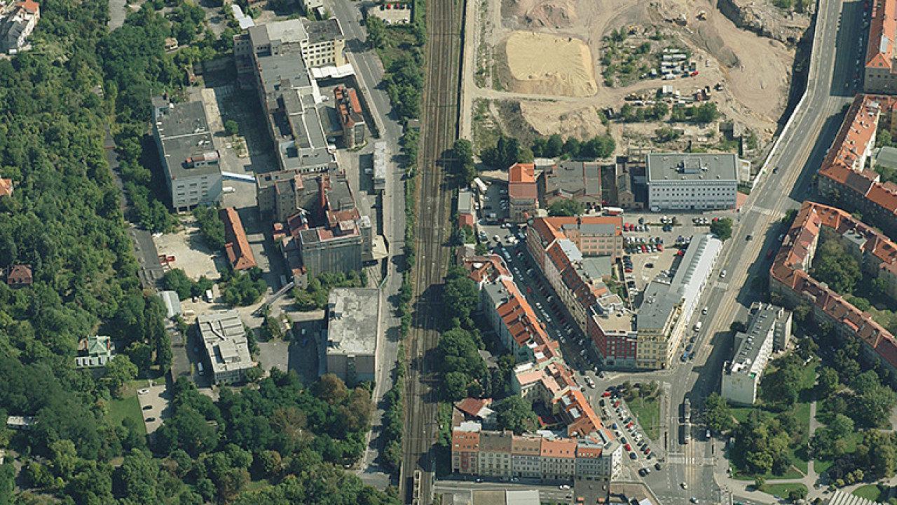 Náměstí OSN ve Vysočanech, dříve Náměstí Lidových milicí. Vyrostly nové obytné domy, kancelář, hotel a nákupní centrum