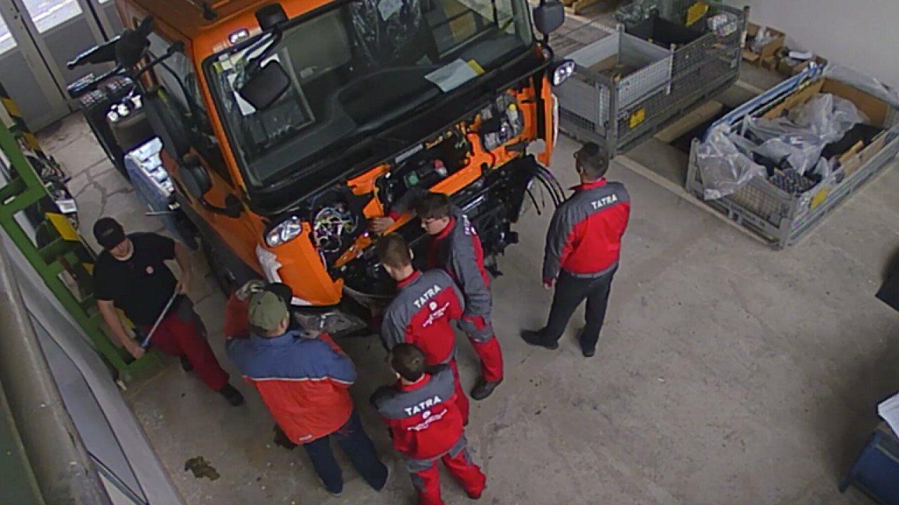 Sledujte, jak studenti staví Tatru Phoenix pro údržbu silnic