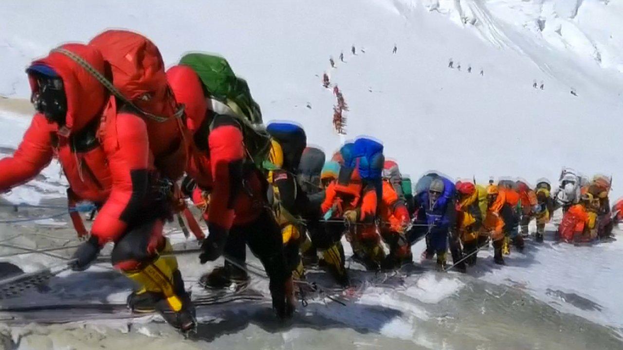 Ind vzdal pod vrcholem výstup na Everest. Dolů snesl svědectví o zácpě horolezců