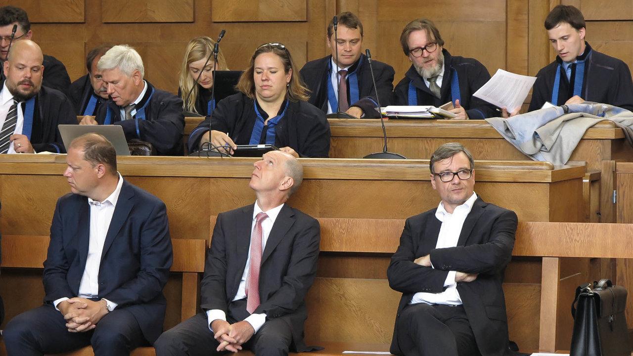 Jsme nevinni. UVrchního soudu vPraze v pondělí stanuli iMartin Jireš zfirmy Puro-klima (zleva), majitel Hospimedu Jindřich Řehák aDavid Rath.