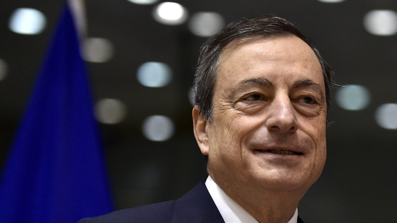 Mario Draghi slibuje, že ECB bude nakupovat dluhopisy alespoň dobřezna 2017. Ale možná ještě déle.