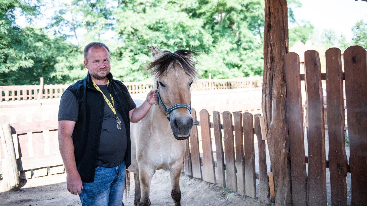 Provozní Zooparku Zelčín Luboš Tesař s místním koněm.