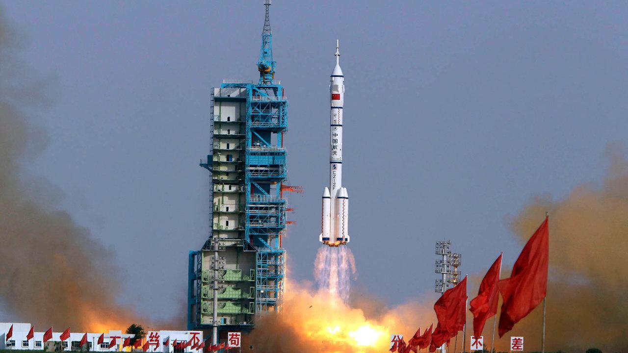 Tajkonauti naoběžné dráze: Zvojenského programu těží také čínský kosmický program. Raketa Šen-čou 9 vroce 2012 vynesla dovesmíru tři kosmonauty, vČíně nazývané tajkonauty.