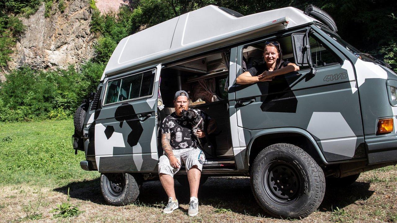 Lenka a Martin Vejnarovi, jejichž firma VejnyWood vyrábí obytné vestavby do automobilů a vyjímatelné kempovací boxy třetím rokem.