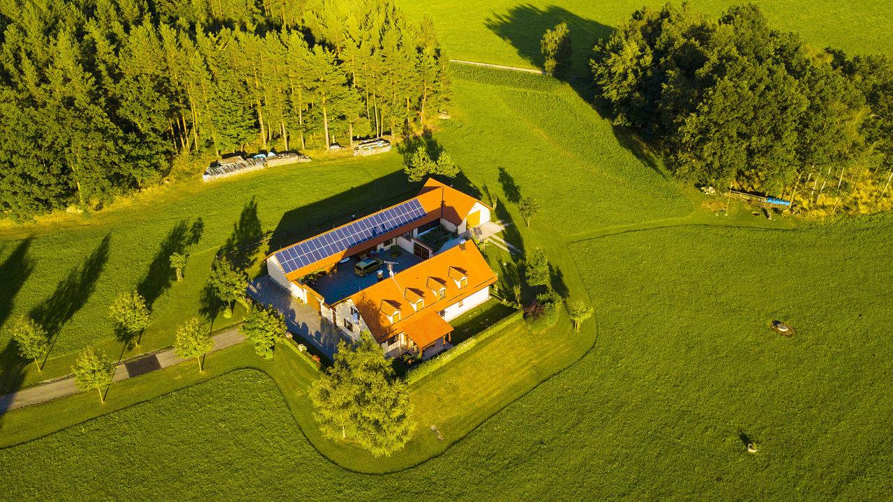 Podpora energie zobnovitelných zdrojů směřovala původně namajitele budov se solárními panely na střeše. Byznysu se ale chopili majitelé velkých pozemků, které pokryli levnými panely zČíny.