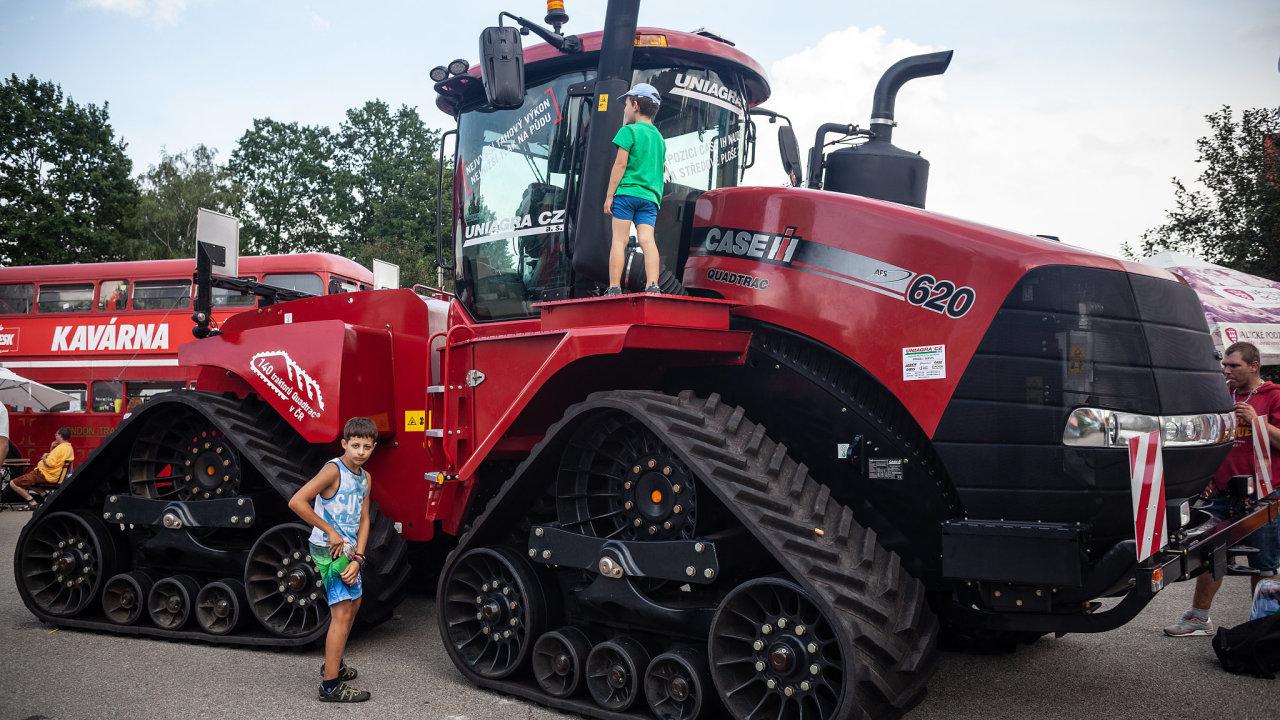 Země živitelka, Největším letošním tahákem je pásový traktor Case Quadtrac, nejsilnější stroj v areálu s výkonem dosahujícím téměř 700 koňských sil.