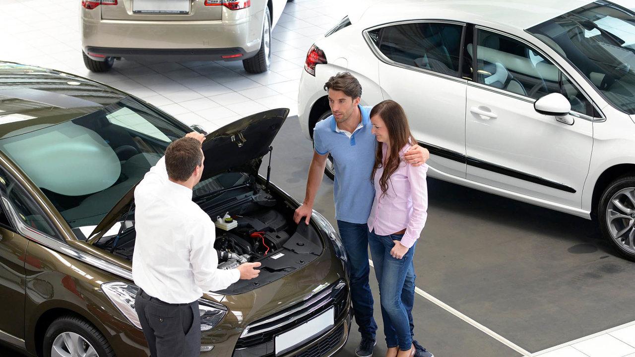 Výrobci aut jsou čím dál více nuceni plnit nařízení, která se rozcházejí s představami zákazníků.