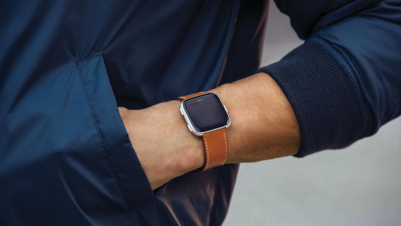 Chytré hodinky Fitbit Versa vsadily na kvalitní design a nízkou cenu.