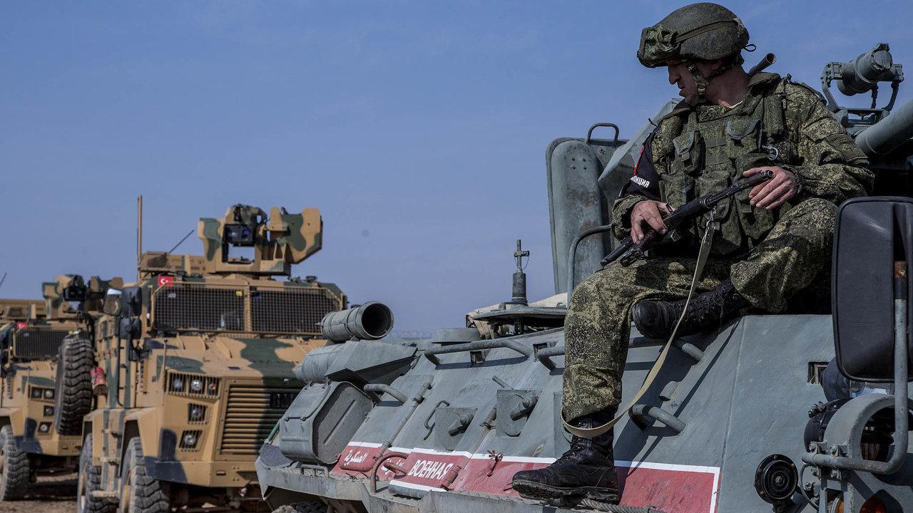 Bratři vezbrani. Minulý pátek začaly fungovat společné rusko-turecké hlídky nasyrsko-turecké hranici.
