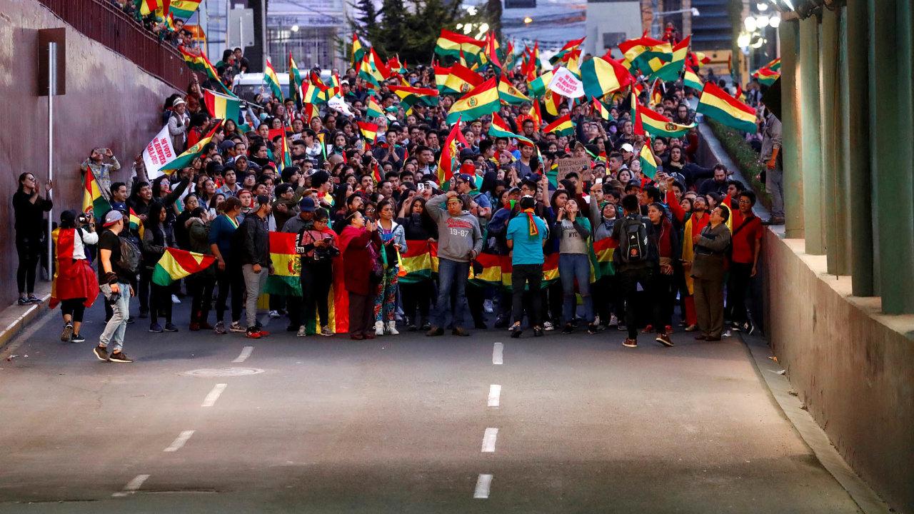 Bolívii paralyzují protesty stoupenců a odpůrců exprezidenta Eva Moralese.