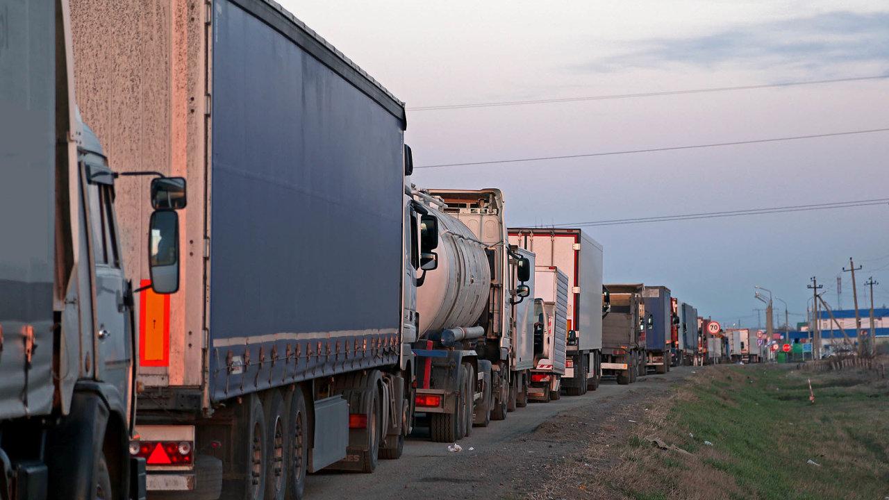 Společnost CzechToll vypracovala dopravní model, podle kterého hrozí kvůli pomalým registracím naněkterých místech až 40kilometrové kolony kamionů.