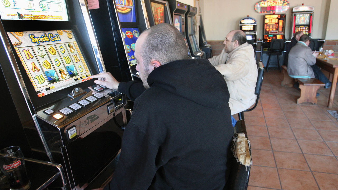 Ještě předněkolika lety mohli lidé vČesku holdovat hazardním hrám, alkoholu itabákunajednom místě.Nyní musí chodit kouřit ven.