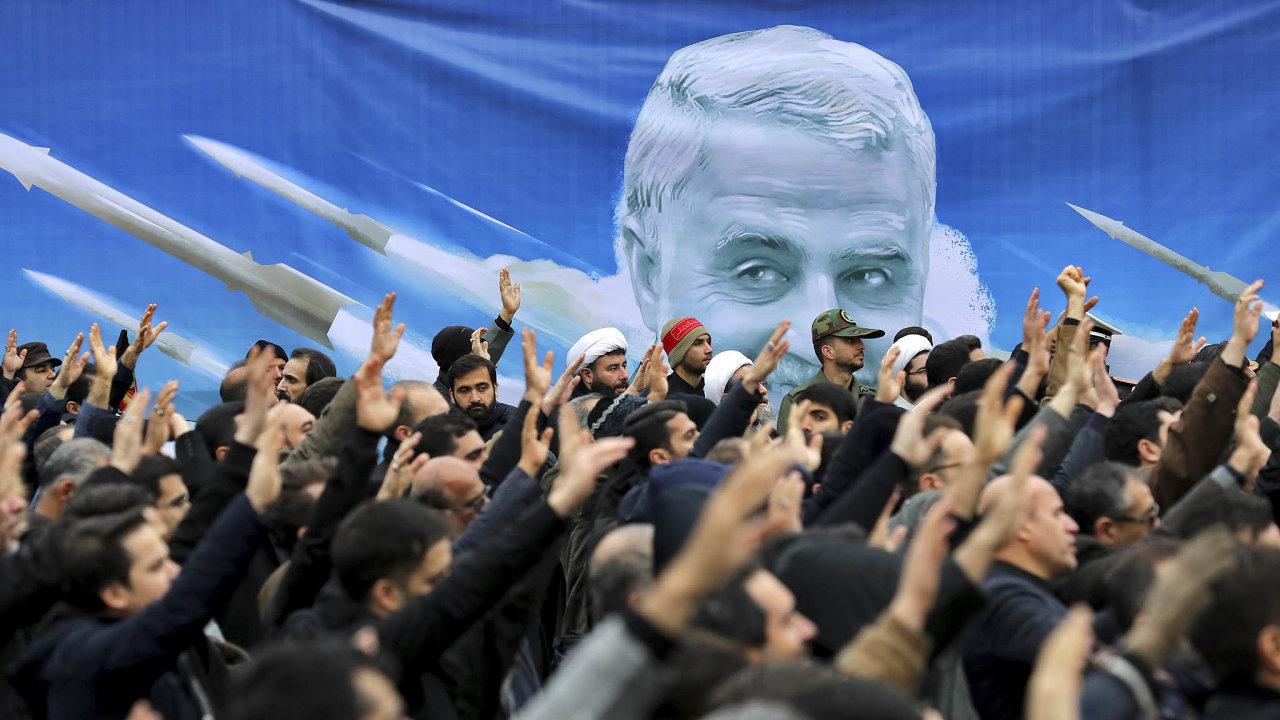Napětí vÍránu. Smrt elitního íránského generála Solejmáního vyvolala protiamerické protesty vulicích Teheránu.