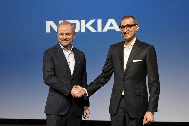 Střídání vNokii. Rádžív Suri (vpravo) předal oficiálně svůj ředitelský post vNokii Pekkovi Lundmarkovi. Naakci, která se vefinském Espoo konala minulý týden.