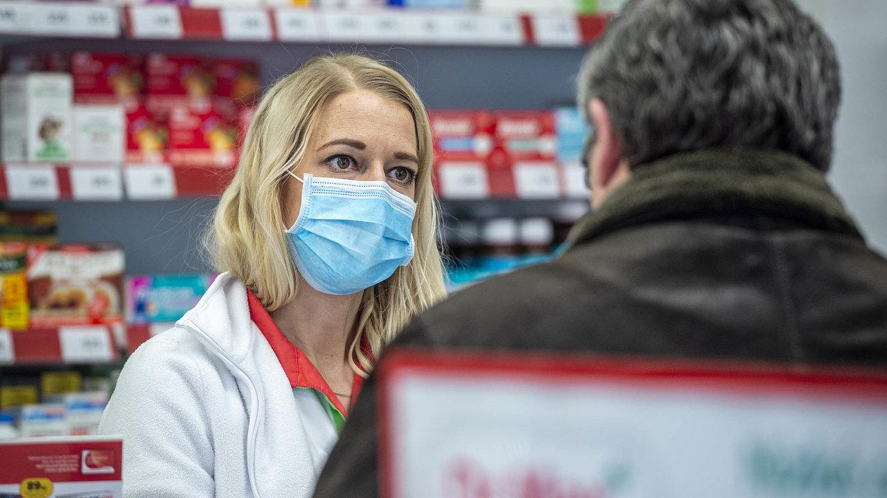 Nanedostatek ochranných pomůcek si stěžují ilékárny. Někteří lékárníci sice vydávají léky vrouškách, potřebovali by ale respirátory.