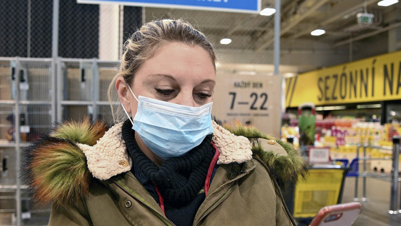 Ministr vnitra Jan Hamáček vyzval, aby si lidé při nakupování zakryli ústa anos rouškou.