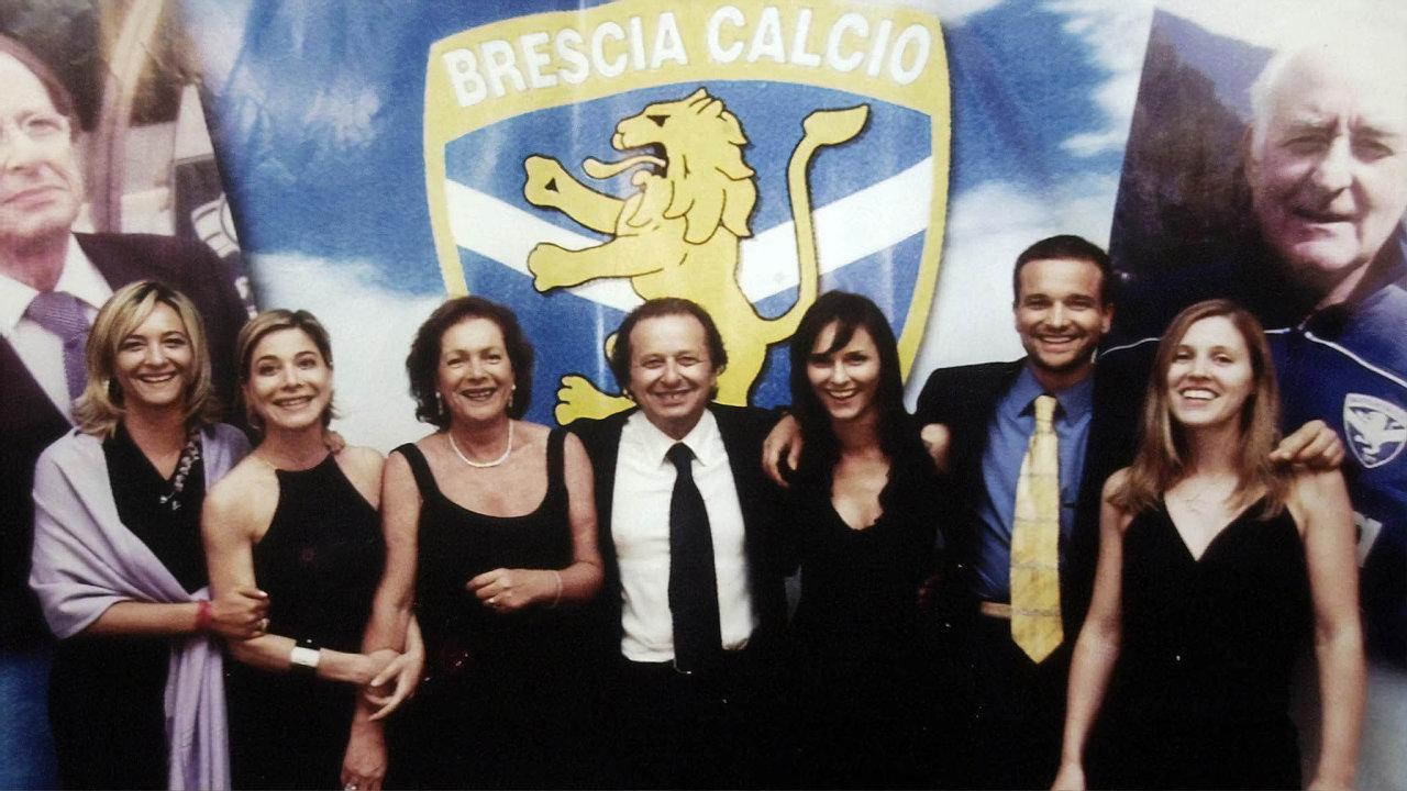 V izolaci. Anna Maria Corioniová (narodinném archivním snímku popravici zesnulého manžela Luigiho) zůstala v Brescii, syn odjel do Česka.