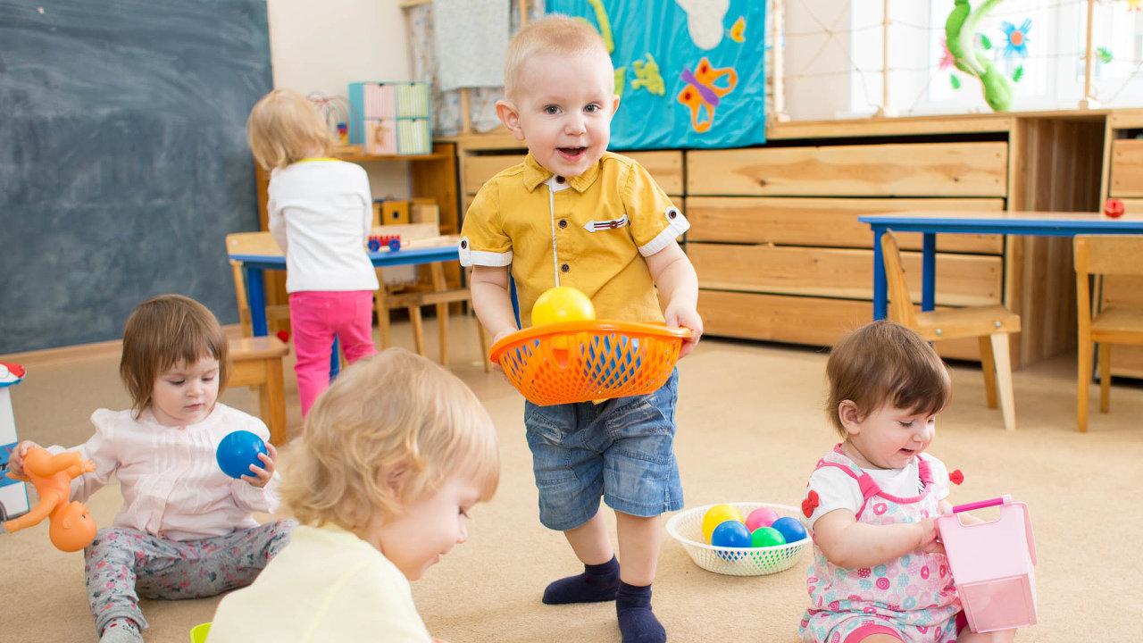 Školky často dvouleté děti přijímají proto, že naně tlačí zřizovatelé irodiče, aby naplnily kapacitu tříd.