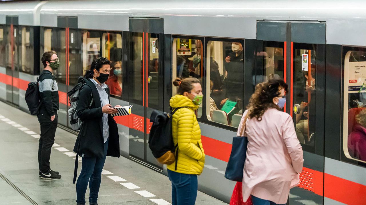 Roušky vKarviné avmetru: VKarviné aveFrýdku-Místku zůstává kvůli zhoršené situaci povinné nošení roušek. To platí také pro pražské metro.