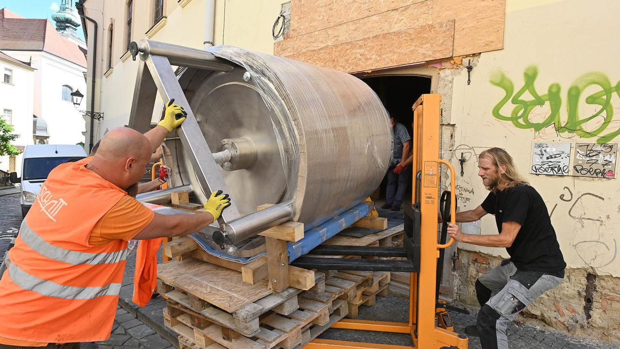 V pondělí do Pivovarského domu Poupě v centru Brna instalovali nerezovou varnu. Váží 750 kilogramů.